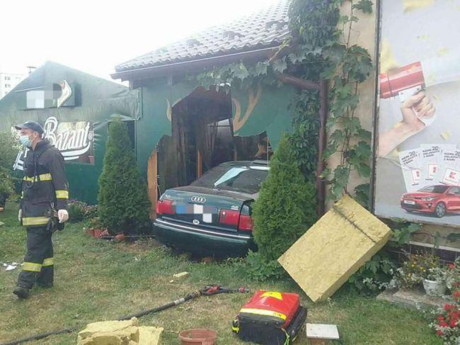 Vozidlo pri dopravnej nehode v Liptovskom Mikuláši vrazilo do reštaurácie