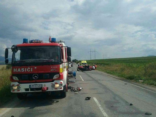 Pri Liptovskej Mare sa čelne zrazili dve vozidlá