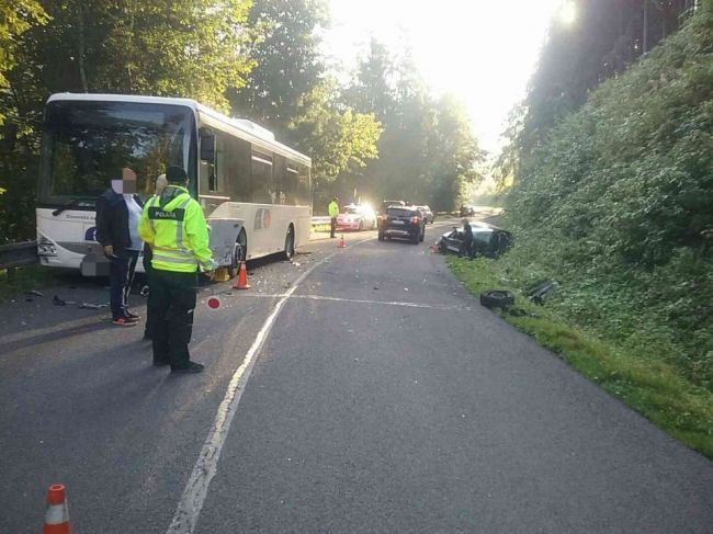 Hasiči zasahujú pri dvoch nehodách, v autobuse sa viezlo 30 detí