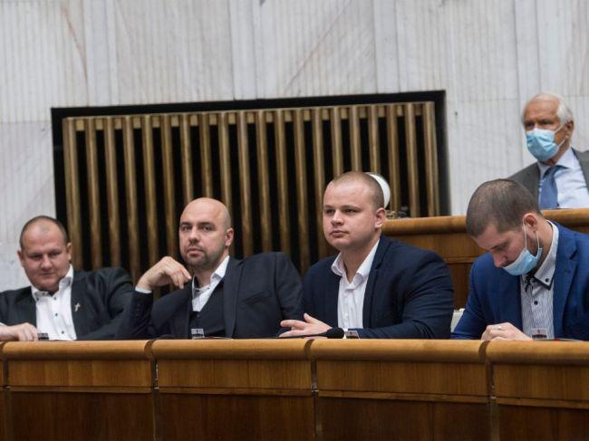 Šeliga podal na poslancov ĽSNS podnet pre nenosenie rúšok v pléne