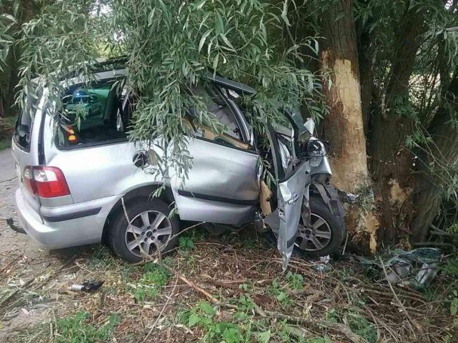 Náraz do stromu neprežila jedna osoba