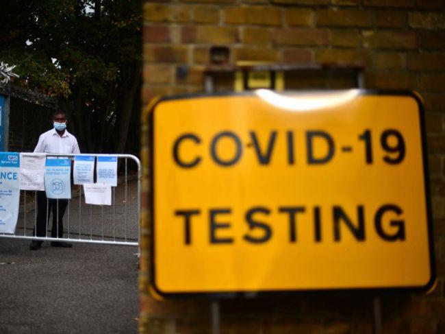 Britskí vedci navrhujú nový lockdown, Johnson zvažuje miernejšie opatrenia