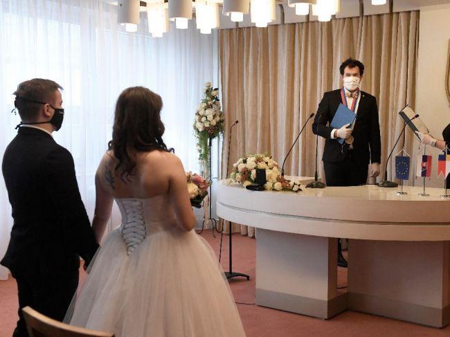 Úrad verejného zdravotníctva vyzýva, aby ľudia zvážili organizovanie veľkých svadieb