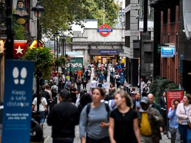 Británia hlási najviac prípadov nákazy COVID-19 od mája a úmrtí od júla