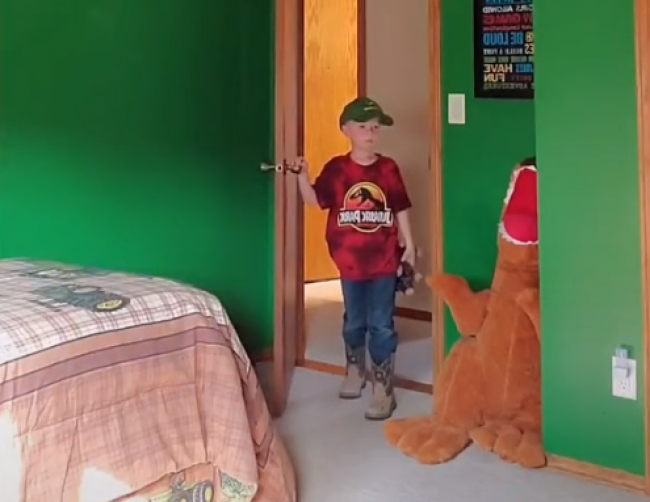 Video: Chlapcovi potajme premaľovali izbu. Jeho reakcia prekvapila nielen rodičov