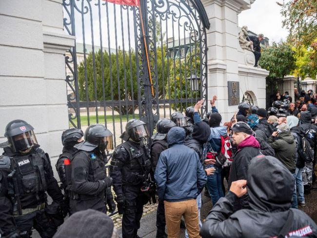 Ultras fanúšikovia protestujú pred úradom vlády, policajti použili aj slzný plyn