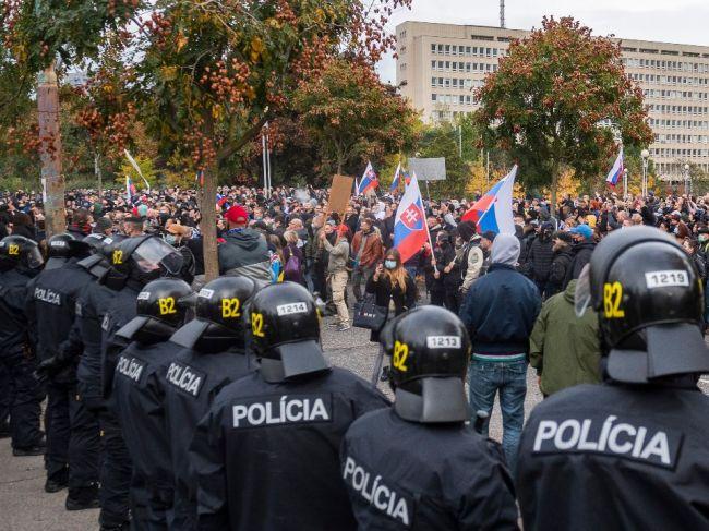Polícia na mieste protestu zadržala niekoľko osôb