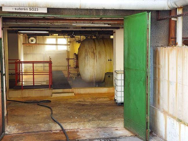 Hasiči zasahujú pri úniku kyseliny chlorovodíkovej, budovu museli evakuovať
