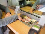 Pobočky viacerých bánk budú fungovať v štandardnom režime