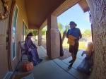 Video: Kuriéra čakalo pred dverami nepríjemné prekvapenie, z tohto takmer dostal infarkt