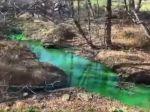 Video: Rieka pred očami ochranárov zmenila farbu, miestni to považovali za výstrelok