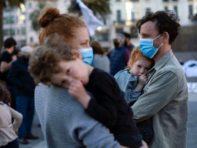 Takmer 45% detí a 5% dospelých môže byť imúnnych voči COVID-19, aj keď sa nenakazili