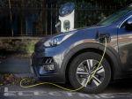 Čínou vedený presun k elektromobilom by mal postupne ukončiť