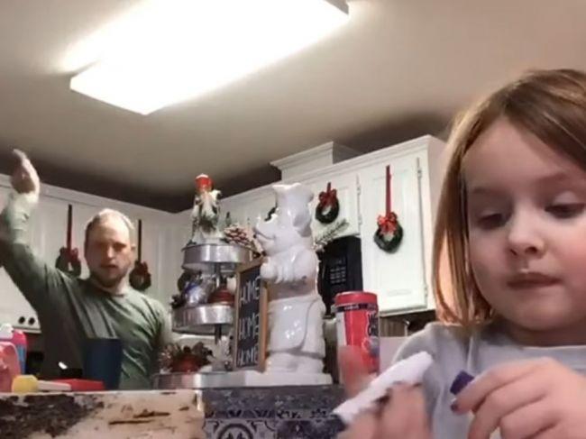 Video: Otec si schuti zatancoval v dcérinom videu. Až potom zistil, akej chyby sa dopustil