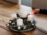 Symbolom adventného obdobia je veniec so štyrmi sviečkami