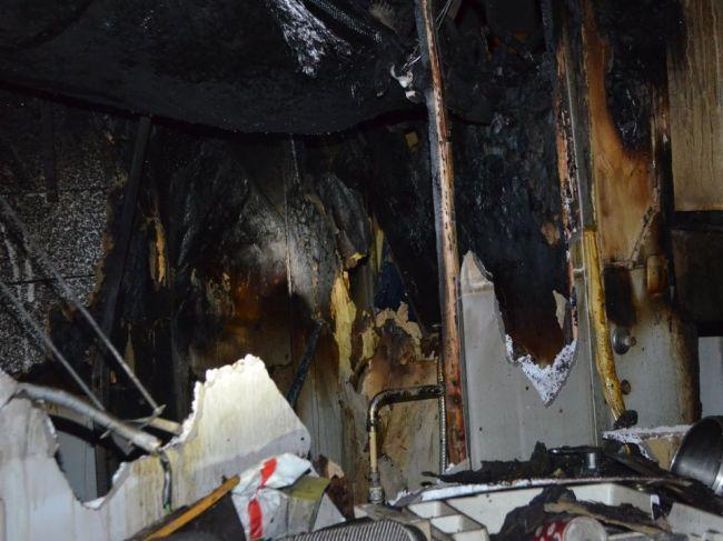 Hasiči už 6 hodín krotia plamene v bratislavskej bytovke