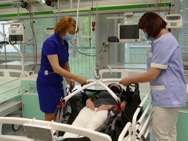 Počet zdravotných sestier na Slovensku stále klesá, nemocnice však študentom platiť nechcú