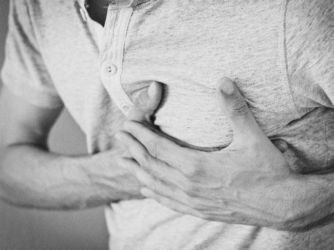 Ostré pichanie v hrudi – prečo vzniká, čo znamená, a treba vyhľadať lekára?