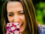 Miešanie humoru so správami zvyšuje pravdepodobnosť, že si ich mladí zapamätajú