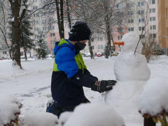 SHMÚ varuje: V týchto krajoch môže napadnúť až 15 cm nového snehu