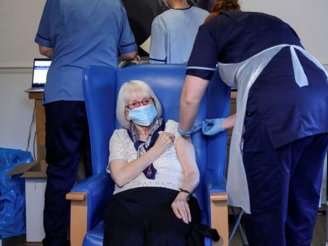 V Británii sa bude očkovať proti koronavírusu 24 hodín denne