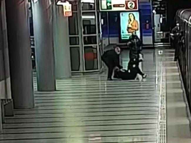 Video: Muž surovo zbil 90-ročnú starenku, polícia po ňom pátra
