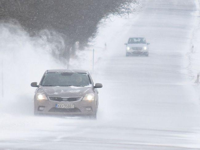 Na cestách sa tvoria snehové jazyky a záveje, v týchto častiach krajiny treba dať pozor