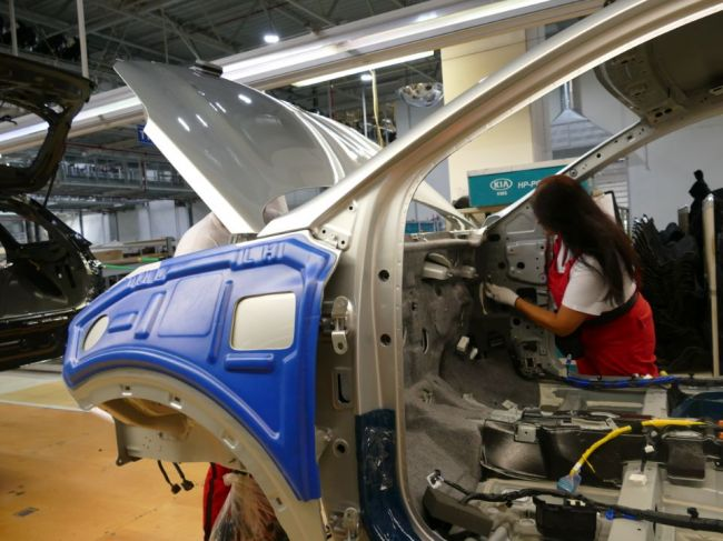 Výroba áut na Slovensku vlani medziročne klesla o 11 % na 985.000 vozidiel