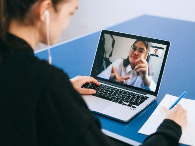 Počas online rozhovorov sa vyhnite zapínaniu kamery. Dôvod vás prekvapí