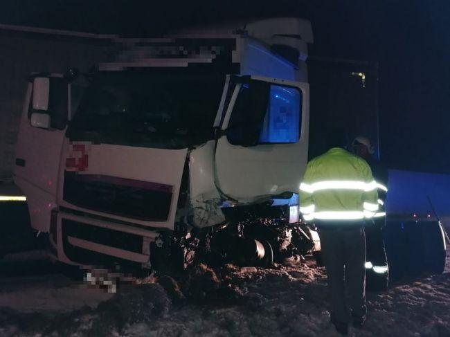 Pri zrážke kamióna a osobného auta vyhasol život mladého vodiča