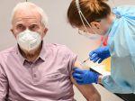 Vedci podporujú očkovanie, odporúčajú nastaviť aj ďalšie opatrenia