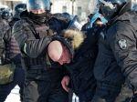 Tisíce ľudí demonštrujú za prepustenie Navaľného, polícia zatýka