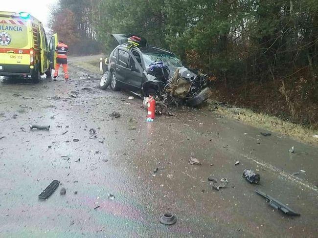 Pri dopravnej nehode narazilo auto do stromu, cesta je neprejazdná