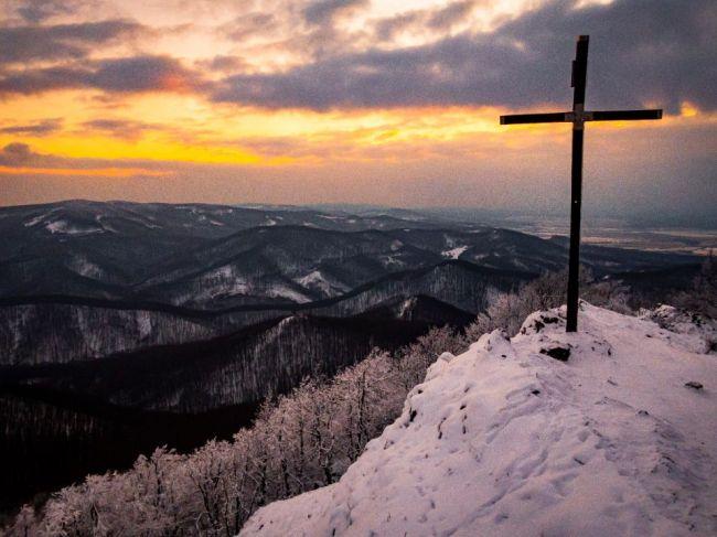 SHMÚ: V pondelok môže v niektorých okresoch Slovenska napadnúť do 25 cm snehu