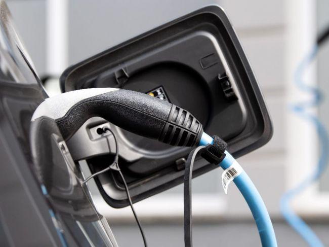 Nemeckých motoristov od kúpy elektromobilu odstrašuje cena a dojazd