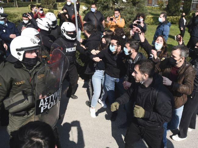 Na proteste proti policajným hliadkam na gréckych univerzitách zadržali 30 ľudí