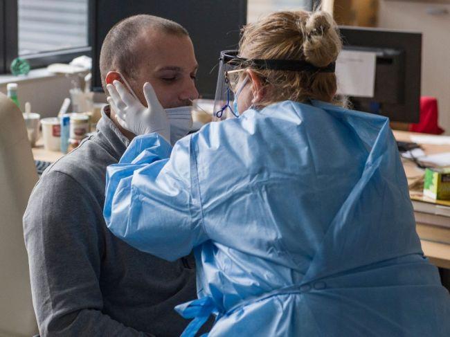 Počet obetí koronavírusu opäť vzrástol, zaočkovať sa dalo vyše 5000 ľudí