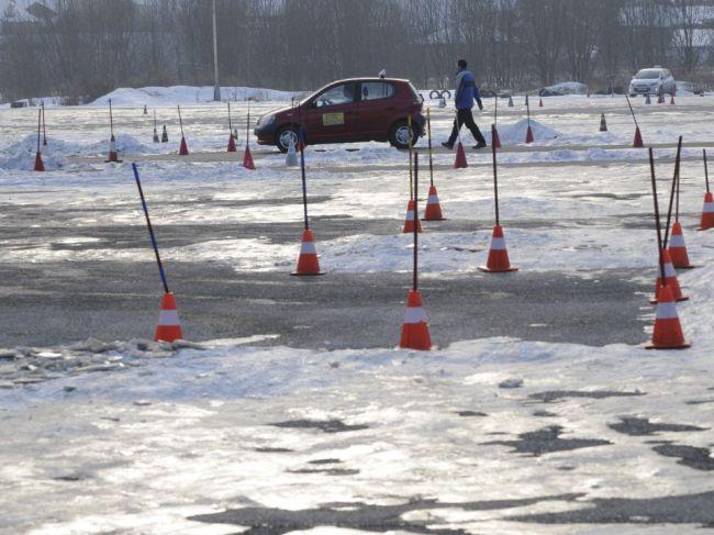 Ministerstvo dopravy na odporúčanie hygienikov pozastavuje praktickú výučbu v autoškolách