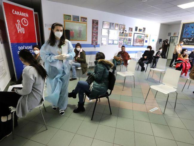 Ministerstvo zdravotníctva na týždeň pozastavilo očkovanie prvou dávkou