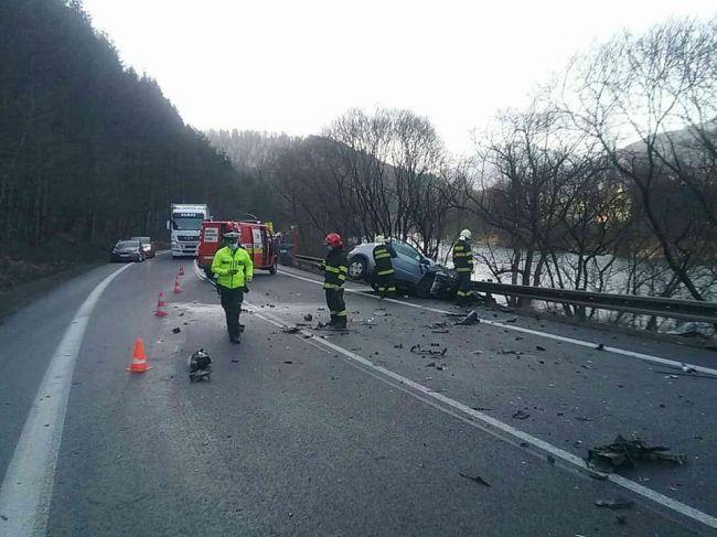Všetky záchranné zložky zasahujú pri tragickej nehode, cesta je uzavretá