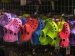 Výrobca plastovej obuvi Crocs zaznamenal vlani rekordné tržby