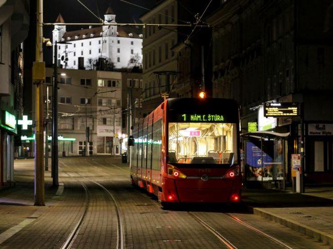Bratislava chce zabrániť preplneným cestám, od júla zlacní ročnú električenku