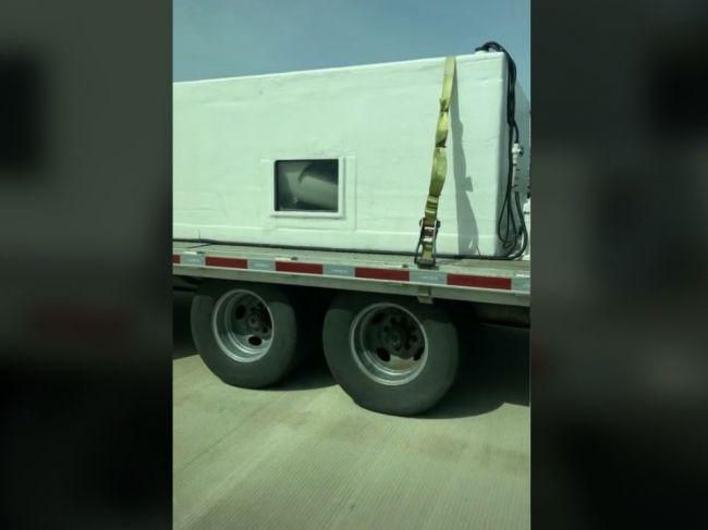 Video: Rodina na diaľnici predbiehala príves s veľkou nádržou. Toto videli cez priezor