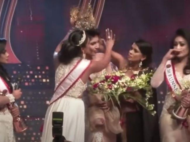 Video: Kráľovná krásy utrpela na pódiu zranenia. Korunku jej násilím odobrali