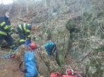 Hasiči zachraňujú osobu z jaskyne v ťažko dostupnom teréne