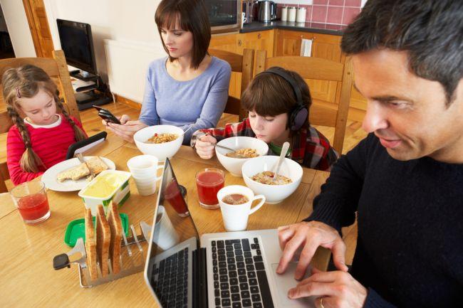 Koľkí sedíte pri večeri za stolom? Tento návyk zvyšuje riziko obezity