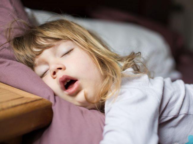 Chrápanie u malých detí môže značiť poruchu mozgu. Na čo si dať pozor?