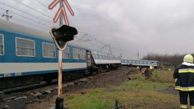 Do traktora narazili dva osobné vlaky, hlásia mŕtveho a ranených