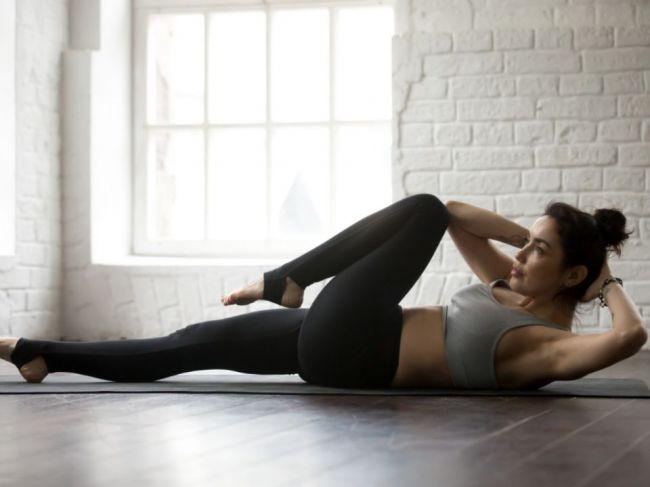 3 najefektívnejšie cviky na brucho, ktoré zvládnete robiť aj doma