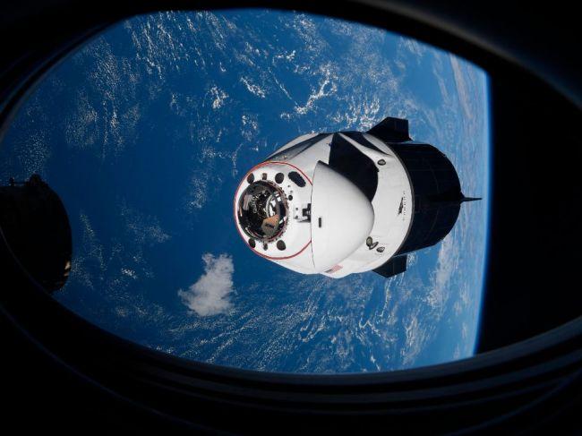 Vesmírna kapsula Crew Dragon so štyrmi astronautmi pristála na Zemi
